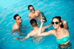 Groupe d'amis faisant la fête dans la piscine Photographie stock libre de droits