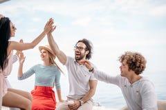 Groupe d'amis faisant la partie sur un yacht, ayant une partie de fantaisie sur un bateau de luxe Images libres de droits