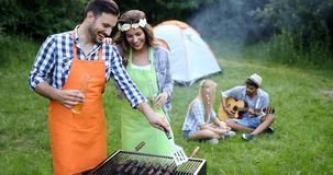 Groupe d'amis faisant le barbecue Image stock