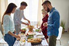 Groupe d'amis faisant le dîner Image libre de droits