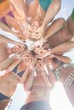 Groupe d'amis formant un petit groupe Images stock