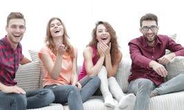 Groupe d'amis gais observant leur film préféré Photo libre de droits