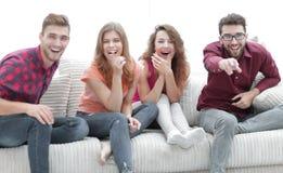 Groupe d'amis gais observant leur film préféré Image libre de droits