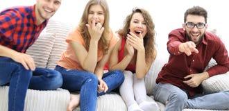 Groupe d'amis gais observant leur film préféré Photos libres de droits