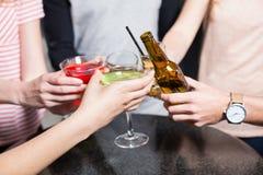 Groupe d'amis grillant avec de la bière et des cocktails Photo libre de droits