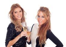 Groupe d'amis grillant avec le champagne dans Noël Photos libres de droits