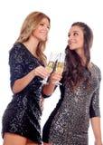 Groupe d'amis grillant avec le champagne dans Noël Image stock