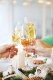 Groupe d'amis grillant avec le champagne tout en ayant Noël Images libres de droits