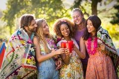 Groupe d'amis grillant des verres de boisson Image stock