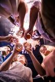 Groupe d'amis grillant des verres de vin Image libre de droits