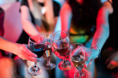 Groupe d'amis grillant le verre de champagne Image stock