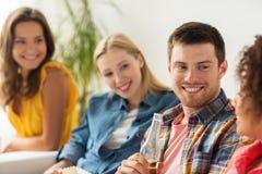 Groupe d'amis heureux avec de la bière parlant à la maison Photo stock