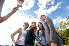 Groupe d'amis heureux avec l'appareil-photo prenant la photo Image libre de droits