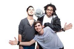 Groupe d'amis heureux avec la bille de disco Photo libre de droits