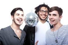 Groupe d'amis heureux avec la bille de disco Image libre de droits