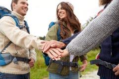 Groupe d'amis heureux avec la hausse de sacs à dos Photographie stock libre de droits