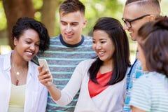 Groupe d'amis heureux avec le smartphone dehors Images libres de droits