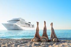 Groupe d'amis heureux ayant l'amusement à la plage d'océan avec des jambes  Photos stock