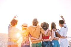 Groupe d'amis heureux ayant l'amusement à la plage d'océan Images stock