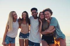 Groupe d'amis heureux ayant l'amusement à la plage d'océan Photos libres de droits