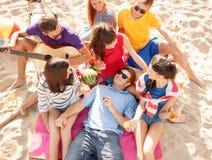 Groupe d'amis heureux ayant l'amusement sur la plage Images libres de droits