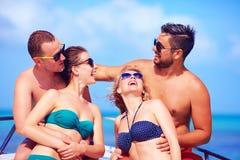 Groupe d'amis heureux ayant l'amusement sur le yacht, pendant des vacances d'été Image stock