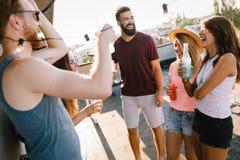 Groupe d'amis heureux ayant la partie sur le dessus de toit Photographie stock libre de droits