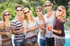 Groupe d'amis heureux ayant le jus Image libre de droits