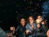 Groupe d'amis heureux célébrant la veille du ` s de nouvelle année Images stock