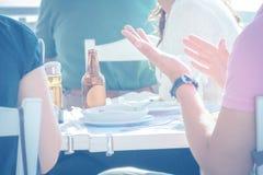 Groupe d'amis heureux déjeunant et ayant l'amusement Photographie stock