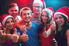 Groupe d'amis heureux dans des chapeaux de Santa Images stock