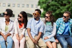 Groupe d'amis heureux dans des lunettes de soleil dans la ville Images libres de droits