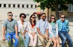 Groupe d'amis heureux dans des lunettes de soleil dans la ville Photographie stock