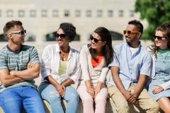 Groupe d'amis heureux dans des lunettes de soleil dans la ville Photos libres de droits