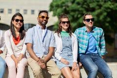 Groupe d'amis heureux dans des lunettes de soleil dans la ville Image libre de droits