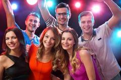 Groupe d'amis heureux dans la boîte de nuit Photo stock