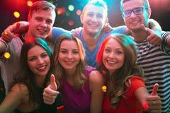 Groupe d'amis heureux dans la boîte de nuit Photographie stock