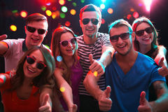 Groupe d'amis heureux dans la boîte de nuit Images libres de droits