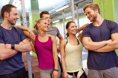Groupe d'amis heureux dans le gymnase Image stock