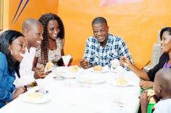 Groupe d'amis heureux dans le restaurant Photographie stock libre de droits