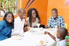 Groupe d'amis heureux dans le restaurant Images stock