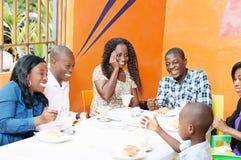 Groupe d'amis heureux dans le restaurant Image libre de droits