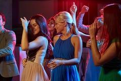 Groupe d'amis heureux dansant dans la boîte de nuit Photo libre de droits