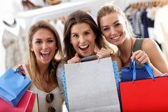 Groupe d'amis heureux faisant des emplettes dans le magasin Photographie stock