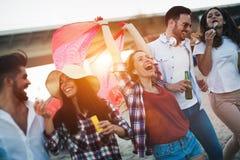 Groupe d'amis heureux faisant la fête sur la plage Photos libres de droits