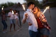 Groupe d'amis heureux faisant la fête sur la plage Photographie stock