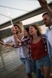 Groupe d'amis heureux faisant la fête sur la plage Photos stock
