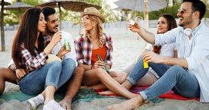 Groupe d'amis heureux faisant la fête sur la plage Image libre de droits