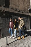 Groupe d'amis heureux marchant dans la rue Photographie stock