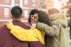 Groupe d'amis heureux marchant dans la rue Concept d'amitié photos stock